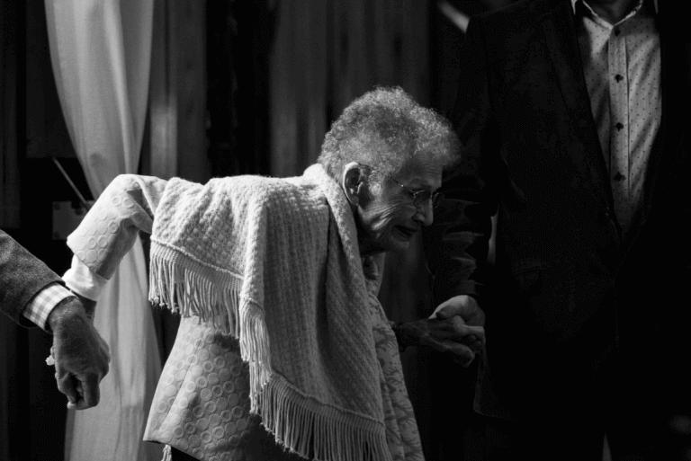 Menn hjelper eldre kvinne med demens