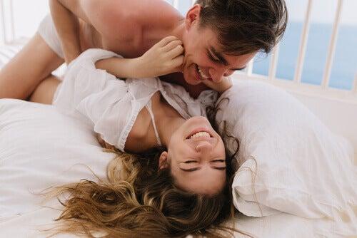 et par som leker rundt i sengen