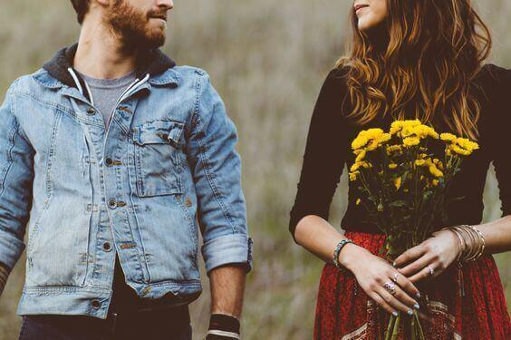 et par, der jenta holder gule blomster
