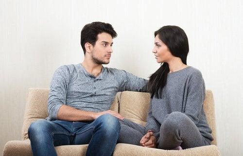 Et par som har en rolig diskusjon