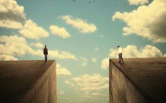 To personer på klipper i himmelen