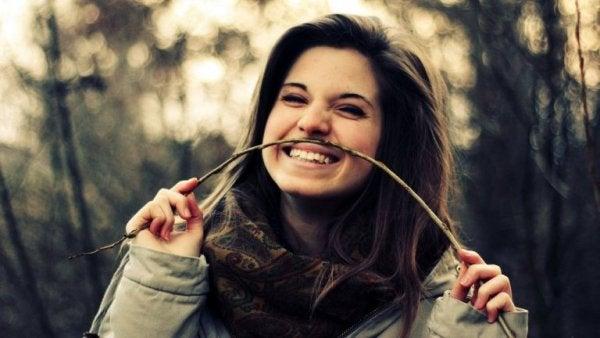 Jente ler av seg selv