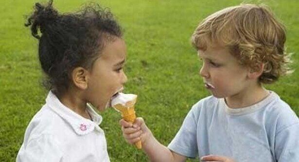 Gutt deler iskrem med jente