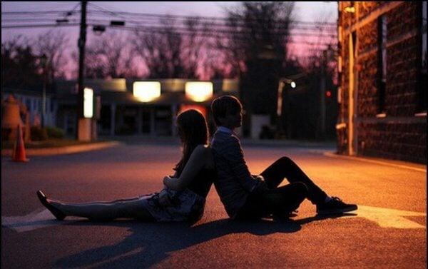 Et par sitter med ryggen mot hverandre