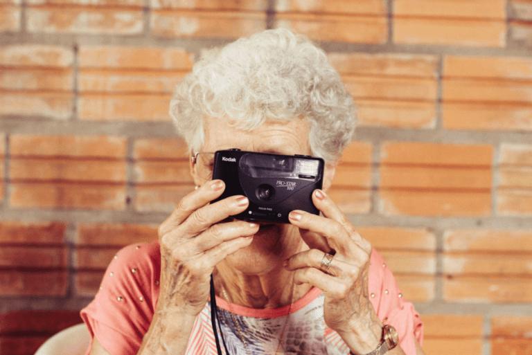 Kvinne med kamera