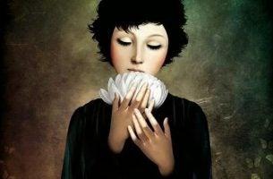 Kvinne holder blomst