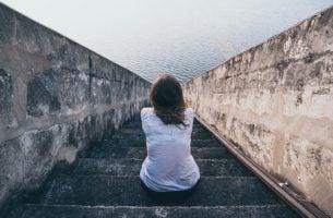 Kvinne sitter i en trapp og vil ikke være egoistisk
