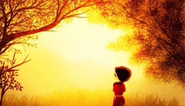 Jente i skogen i solskinnet