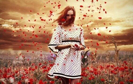 Kvinne omringet av blomster vet at takknemlighet er bra for deg