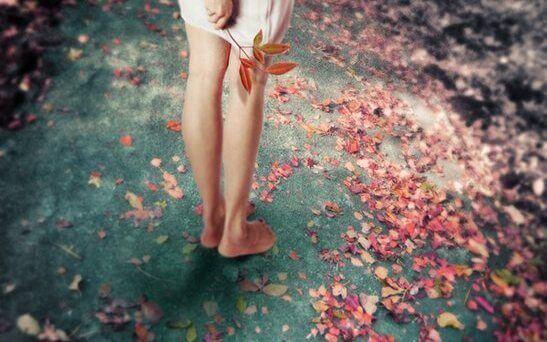 Barfot kvinne og rosa blomster