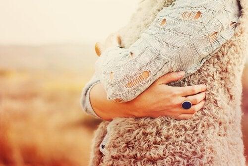 En gravid kvinne holder magen sin