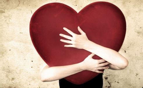 Kvinne holder hjerte