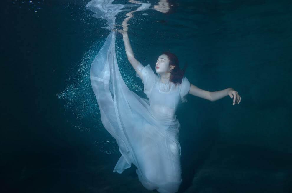 Kvinne under vann