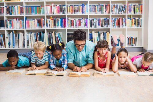 En god lærer leser bøker med sine elever
