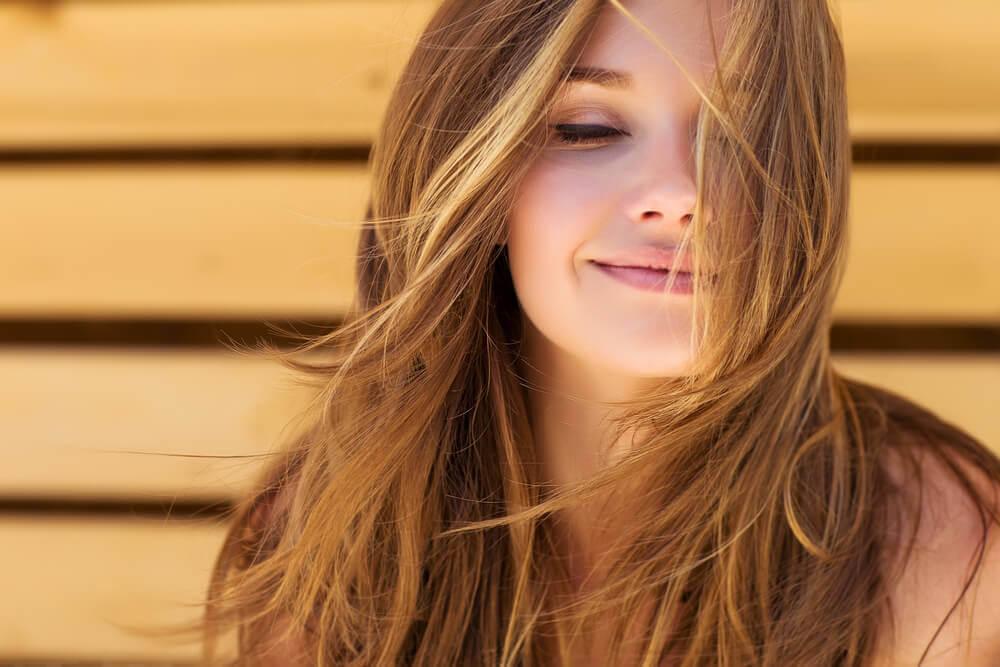 En lykkelig kvinne smiler