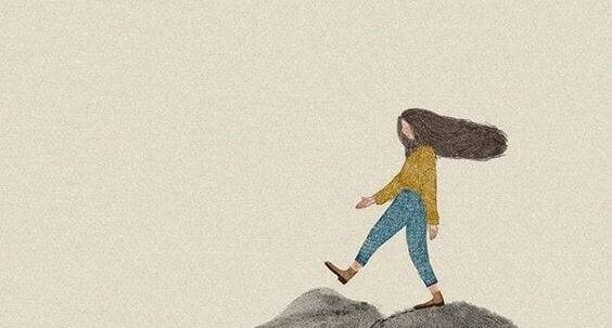 En jente som går på fjellet