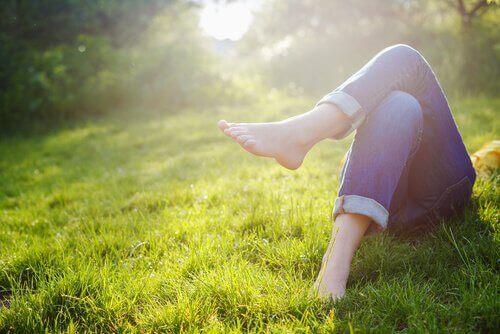 Person slapper av i gresset