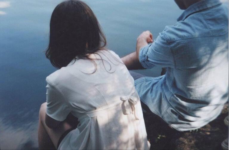 Par sitter sammen ved vannet