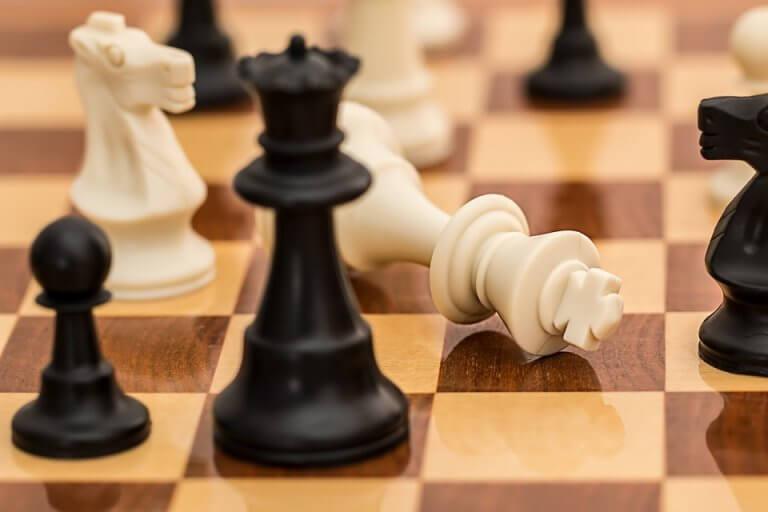 Sjakkbrett med konge som overgir seg