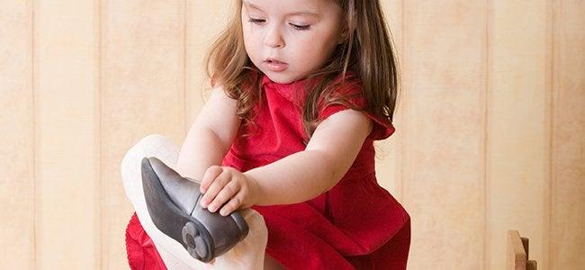 Jente som tar på seg en sko