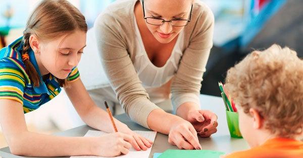 Lærer som underviser to elever