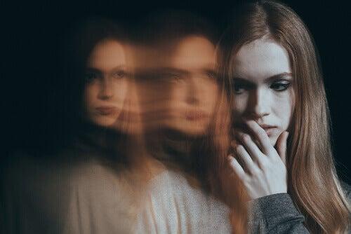 Kvinne blir skremt av en utydelig person bak seg