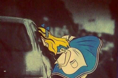 Alice i Eventyrland røyker med en tatovering.