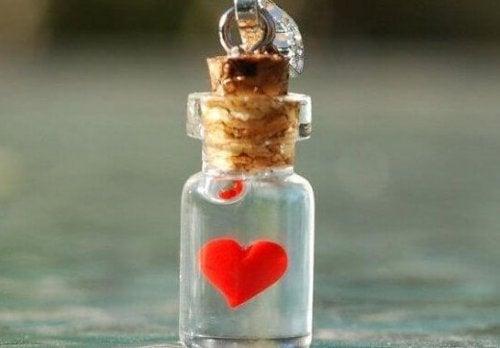 Hjerte i liten glasskrukke