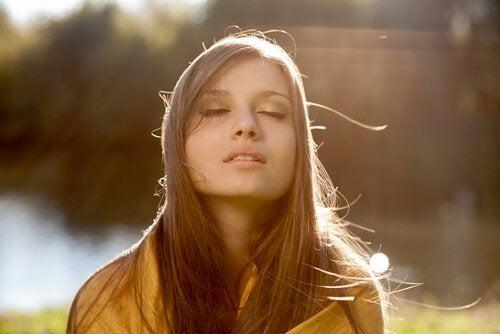 Kvinne befrir seg i sollyset