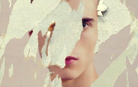 gutt på et ødelagt papir