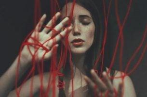 Jente med røde tråder opplever falsk kjærlighet