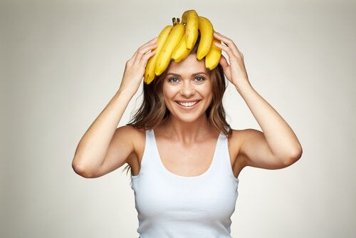 En kvinne med bananer på hodet