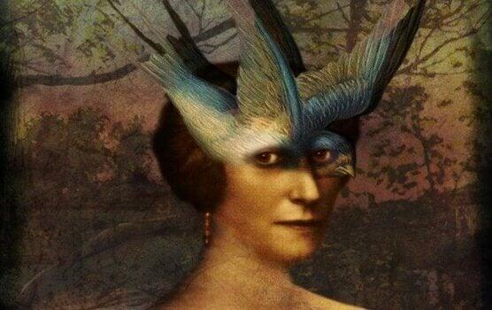 En kvinne med fugl som ansikt