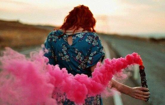 Kvinne med rosa røyk