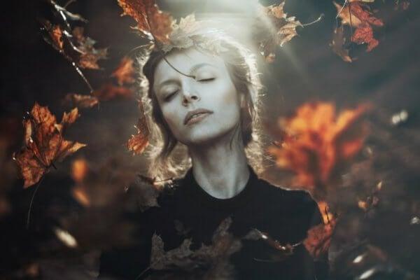 En kvinne i skogen.