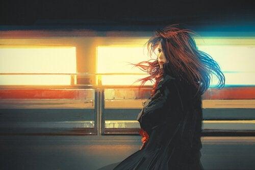 En kvinne som venter på en togstasjon.