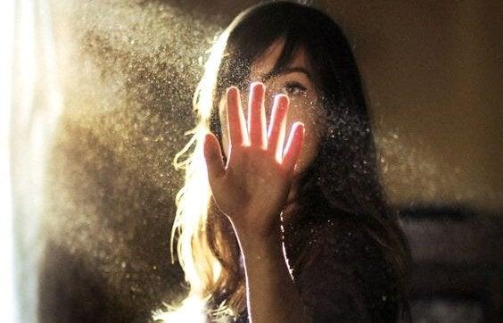 Kvinne rører ved solskinn