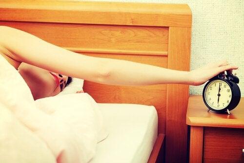 Kvinne slår av vekkerklokke