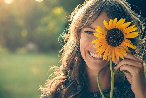 en kvinne smiler og ler