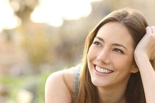 En kvinne som smiler i aksept