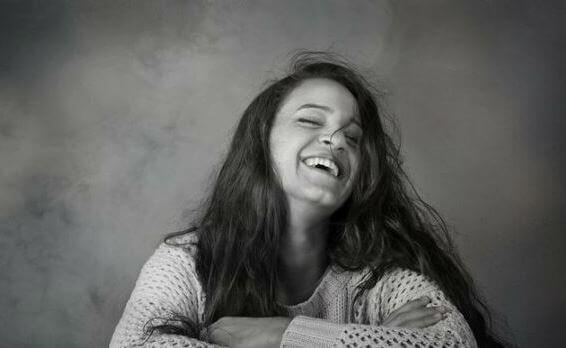 En glad kvinne ler.