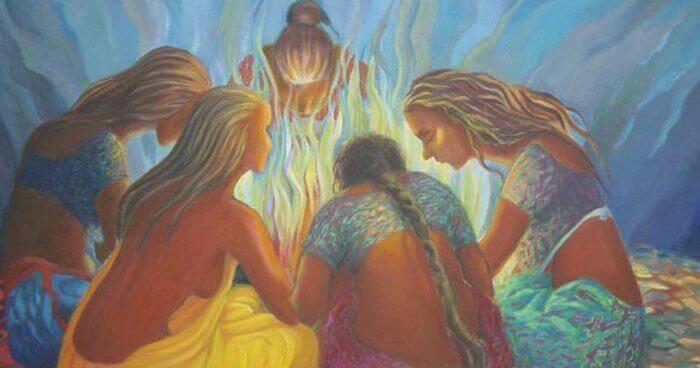 Kvinner sitter rundt et bål
