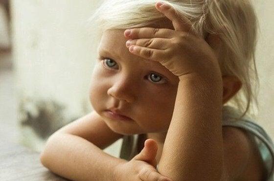 Et trist blond barn er bekymret.