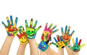 Smilefjes på malte hender