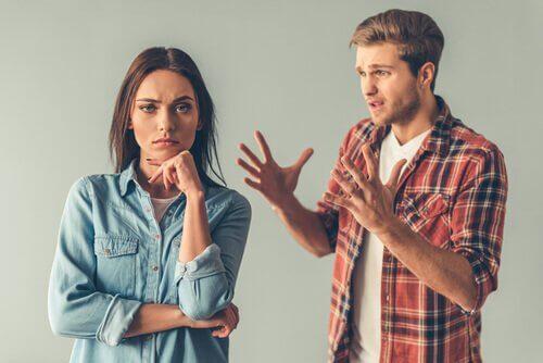 En mann og en kvinne som krangler
