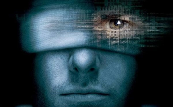 Mann med bandasjerte øyne ser