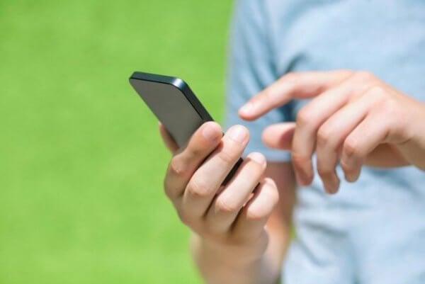 Mann på mobiltelefon