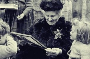 Maria Montessori sammen med barn