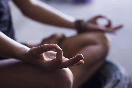 Lær 4 grunnleggende trinn for å begynne meditere nå