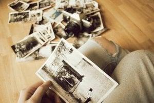 Noen som holder et bilde som et minne